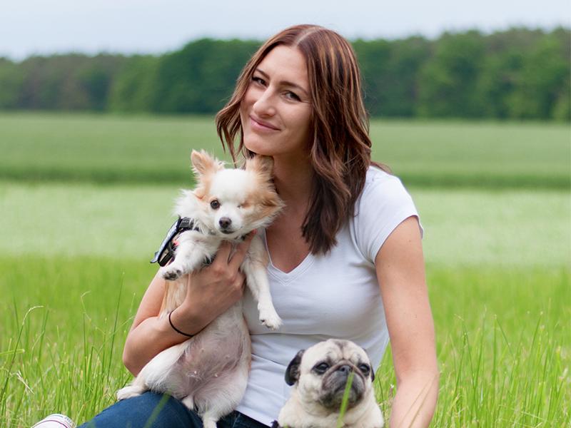 Sina Dirscherl mit Hunden auf Wiese